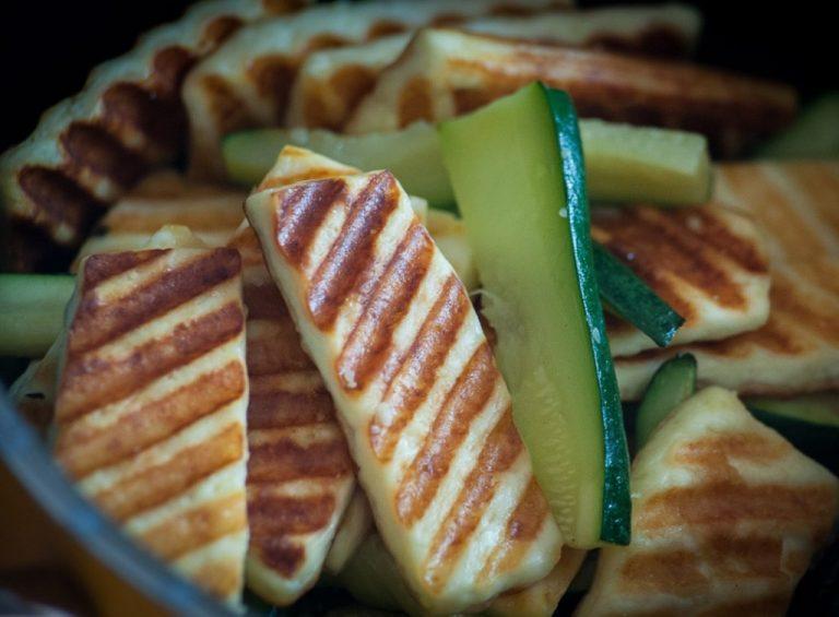 Pečen sir na žaru z bučkami ali bučkino prilogo