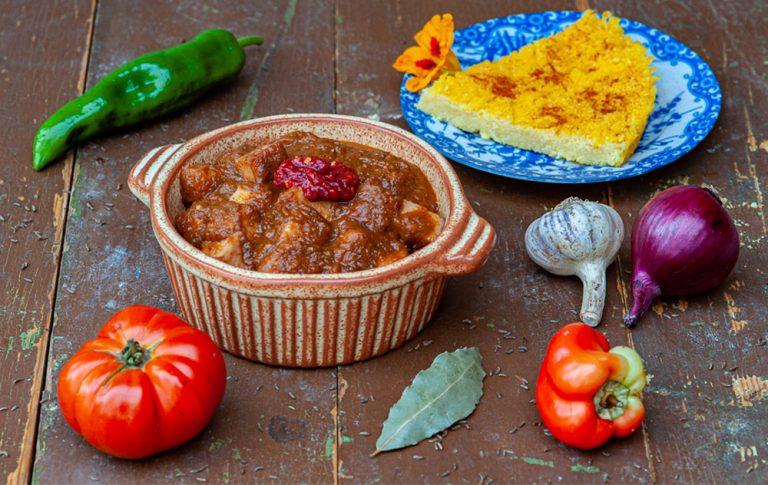 VEGETARIJANSKI GOLAŽ S SIROM ZA ŽAR, domača ponarodela jed, pripravljena v bolj zdravi preobleki