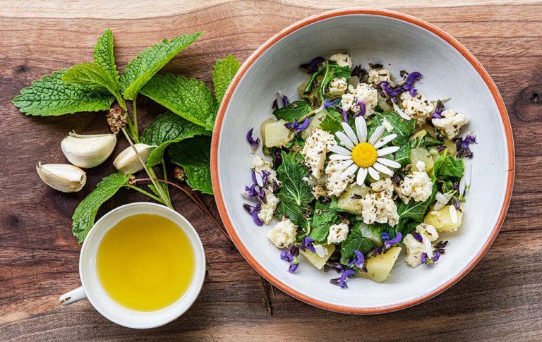 Kuhajmo z divjimi rastlinami: Dušena kislica s krompirjem in sirom domača fletka v oljčnem olju z zelišči (Krepka južina)